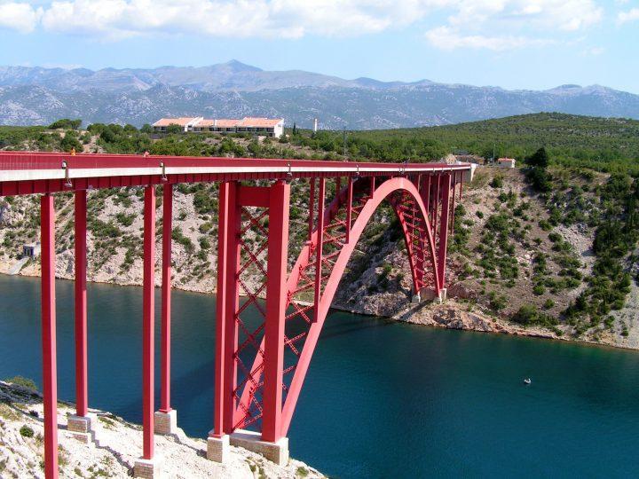 Starý most Maslenica. Dĺžka 315,3 metrov, výška nad morom 55 metrov.