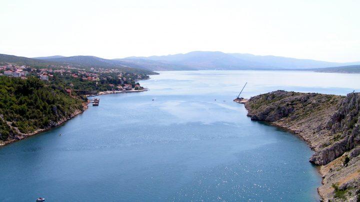 Výhľad zo starého mosta Maslenica smerom do morskej zátoky.