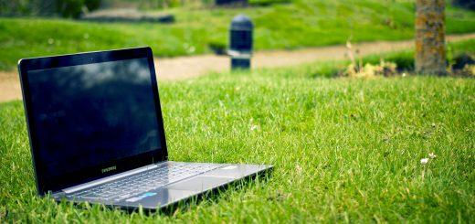 Notebook v tráve